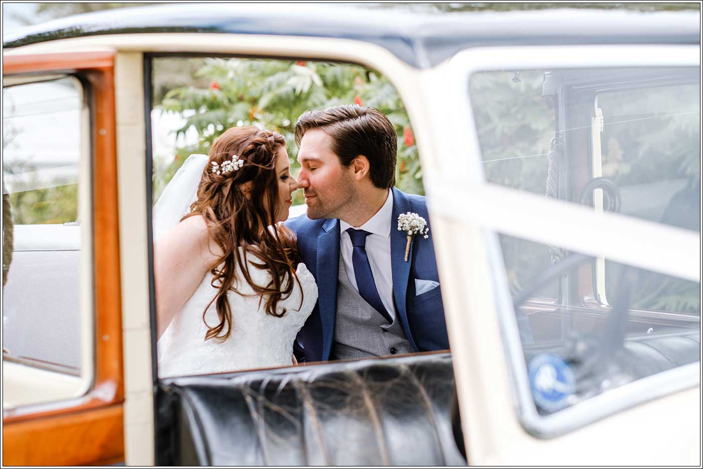 Groom and bride in weddintg car